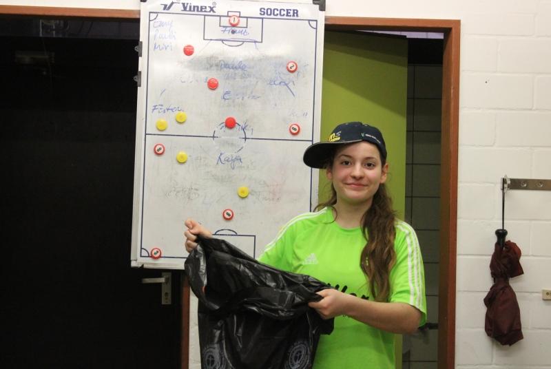 Sauber macht Spaß: Spielführerin Ela ganz im Motto der heutigen Flurputzete
