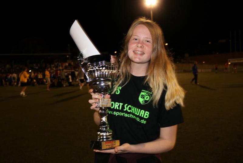 Hat sich den Pokal definitiv verdient: Kampfmaschine und Torspielerin Franzi